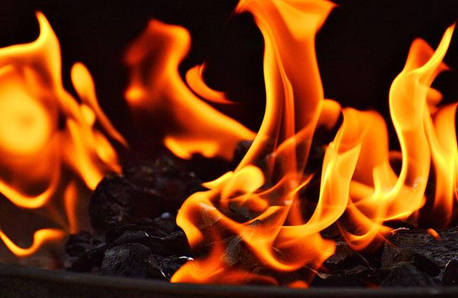 Fig. 7 : Production de chaleur par combustion de charbon de bois – Source : Alexandra München, Pixabay