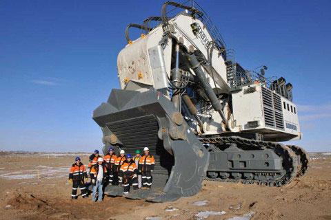 Fig. 7 : Une excavatrice géante à l'œuvre dans le désert de Gobi en Mongolie – Source : Passion-liebherr.net