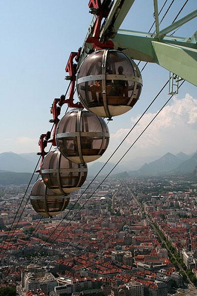 Fig. 1 : Grenoble et son téléphérique – Source : Nick Birch via Wikimedia Commons