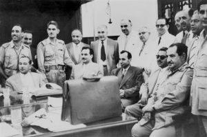 Fig. 5 : Le général Abdul Karim Qasim (Kassem) et les auteurs du coip d'Etat. Source : Irak - Les clés du Moyen-Orient