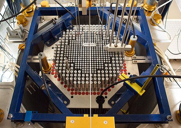 Fig. 3 : Barres de contrôle dans le coeur d'un réacteur - Source : Ludovic Péron [CC BY-SA 3.0 (https://creativecommons.org/licenses/by-sa/3.0)]