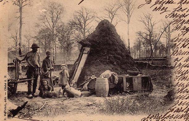 Fig. 6 : Le bois combustible des bas fourneaux - Source : https://www.fontesdart.org/c-charbon-de-bois/