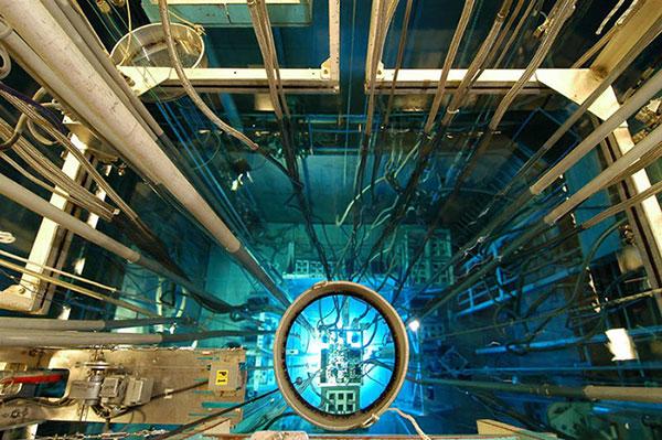 Fig. 8 : Réacteur Osiris, piscine et coeur – Source : L. Godart, Commissariat à l'énergie atomique et aux énergies alternatives (CEA)