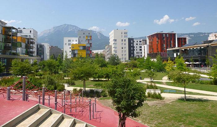 Fig. 2: L' écoquartier de la caserne de Bonne à Grenoble intéresse les sociologues - Sources : Simdaperce [CC BY-SA 3.0 (https://creativecommons.org/licenses/by-sa/3.0)], via Wikimedia Commons