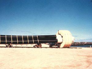 Fig. 6 : CEF du projet OTEC-1 (faisceau de 3 tubes de PEHD) en cours d'assemblage dans le port de Kawaihae, île d'Hawaï – Source photo: Luis Vega