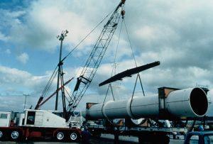 Fig. 7 : Déchargement dans le port d'Honolulu, Hawaï, d'une des 10 sections de 2.4 m de diamètre et 12 m de long assemblées par la suite pour le test offshore d'une CEF verticale – Source photo: Luis Vega