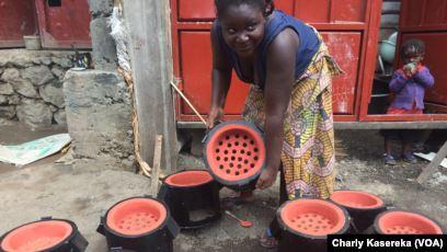Fig. 2 : Les foyers améliorés. Source : VOA Afrique