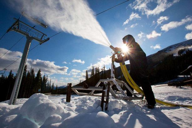 Fig. 4 : La production de neige artificielle. Source : Skiinfo