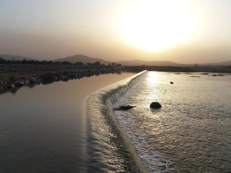 Fig. 3 : Seuil de dérivation de l'aménagement hydro-électrique de Félou sur le fleuve Sénégal au Mali, hauteur 2 m, longueur 900 m