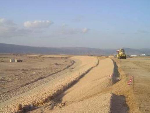 Fig. 5 : Construction du barrage de Salalah à Oman, barrage en terre avec paroi en béton plastique, hauteur 22 m, longueur 6 km