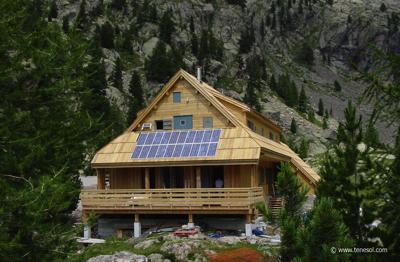 Fig. 2 : Refuge de la Cougourde (Parc du Mercantour, France), Site isolé avec 1,5 kWc de panneaux photovoltaïques installés. Source: Tenesol