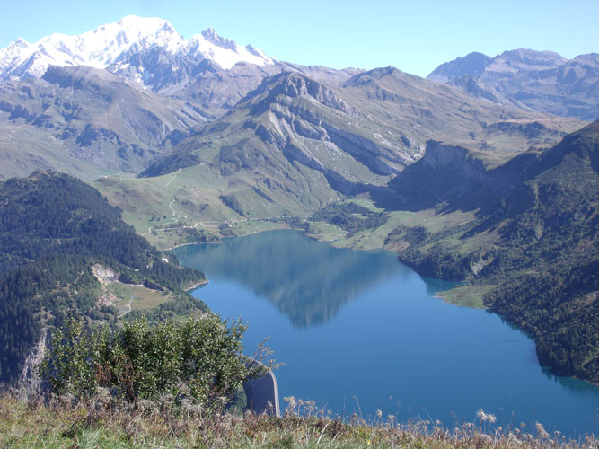 Fig. 8 : Le lac de Roselend et le Mont Blanc – Source : photo Ivanoff