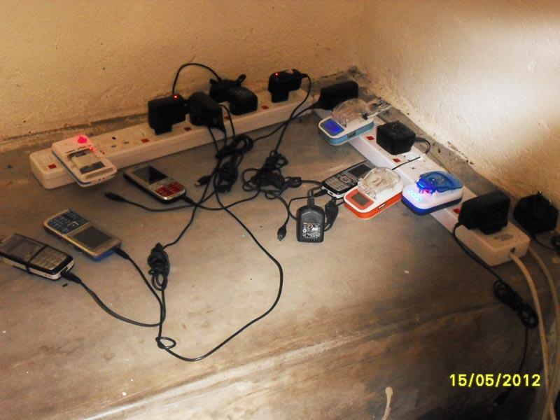 Fig. 6 : Recharge de batteries de portables dans un village alimenté par un mini réseau (hydroélectrique) - Source: Bernard Duhamel