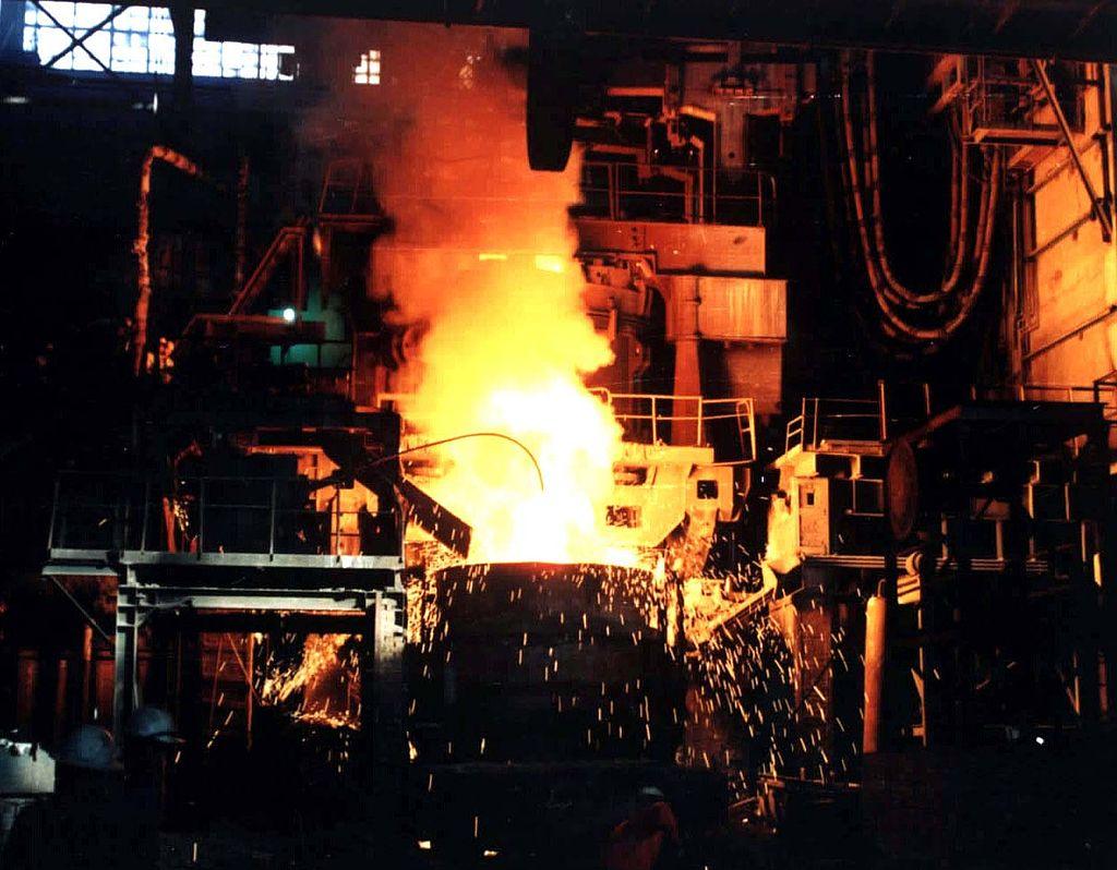 Fig. 1 : La sidérurgie, une activité très gourmande en énergie – Source : Shymaa Rabea (Own work), via Wikimedia Commons