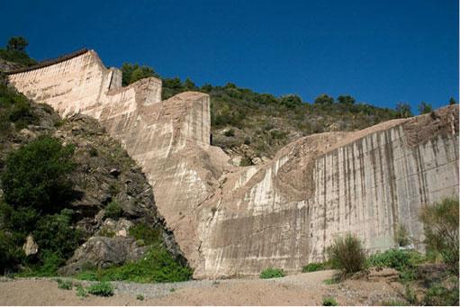 Fig. 8 : Rupture du barrage de Malpasset, en amont de Fréjus