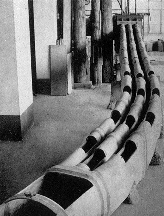 Fig. 12 : Etude sur modèle au 1/25 de l'évacuateur rive gauche au laboratoire de Lausanne – Source: La Houille Blanche numéro hors-série Génissiat