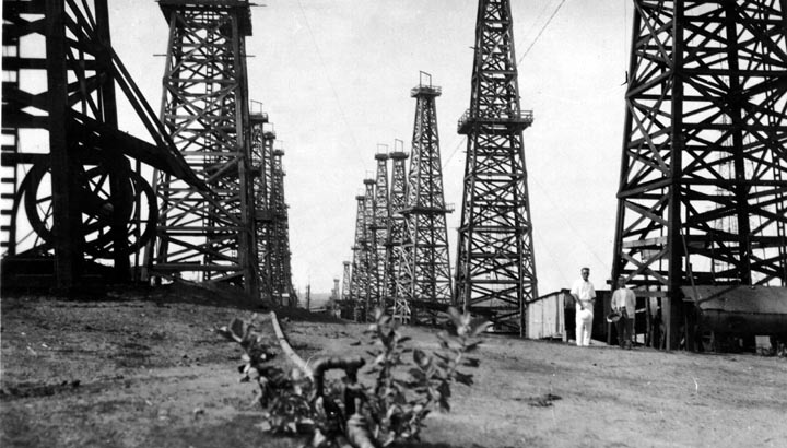 Fig. 6 : Champs pétroliers de la Burmah Oil Company. - Source : hotten.net http://hotten.net/open/pages_large/families/knight/photoalbums/burma/burma10.htm#top