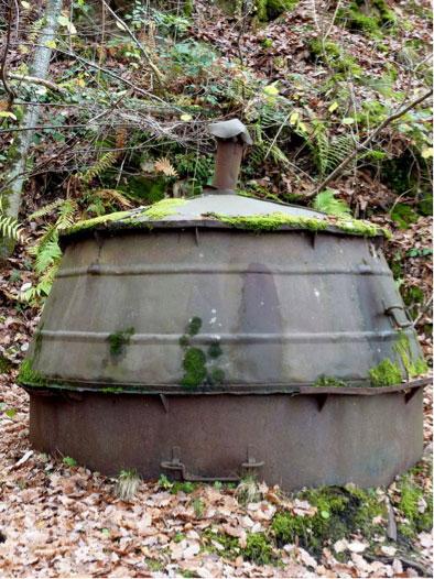 Fig. 1. Ancien four de pyrolyse pour la fabrication du charbon de bois. Source : http://andre63.canalblog.com/albums/_details/photos/59226448-four_a_charbon_de_bois_a_courgoul.html