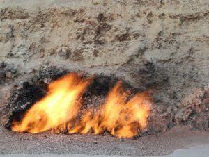 Fig. 1. Les feux éternels dans le Caucase. Source : Tsar Voyages Caucase. https://www.tsarvoyages-caucase.com/site/yanar-dag-la-montagne-qui-brule