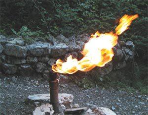 Fig. 3. La fontaine ardente du Dauphiné. Source : Isère.Annuaire.com. https://www.isere-annuaire.com/sites-a-visiter/fontaine-ardente-le-gua.html