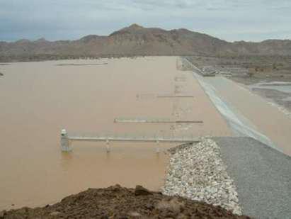 Fig. 2: Aliviadero de hormigón y diques de contención de terraplén