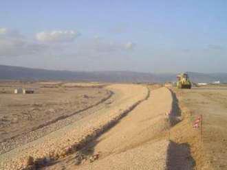 Fig. 5: Construcción de la presa de Salalah, en Omán, presa de tierra con muro de hormigón plástico, 22 m de altura, 6 km de longitud